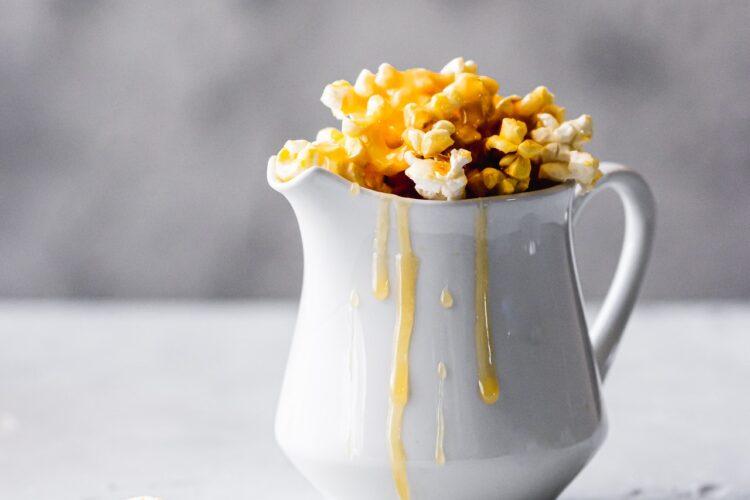 Wie süßt man Popcorn aus der Maschine?